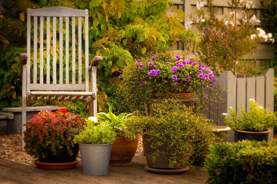 using-flower pots in landscaping
